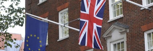Europa-Flagge und Union Jack