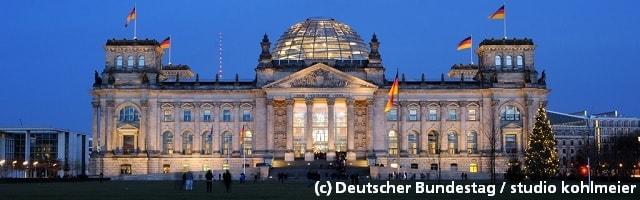 Bundestag von außen in der Nacht